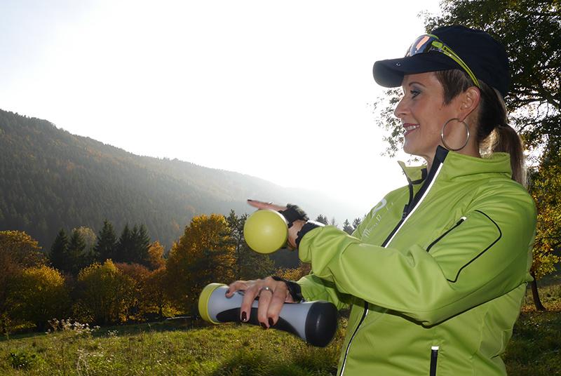 Silke Hassmann zeigt eine Übung im YoungGo Parcours Glatt